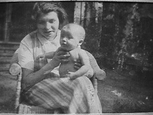 Dora Diamant and her infact daugher in Berlin, 1934